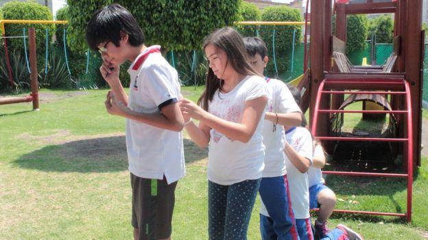 En América Latina, el método ha sido modificado en algunos aspectos -como en la inclusión de la participación familiar- después de consultar con Finlandia. Niños jugandoDerechos de autor de la imagenERIK ERIKSON