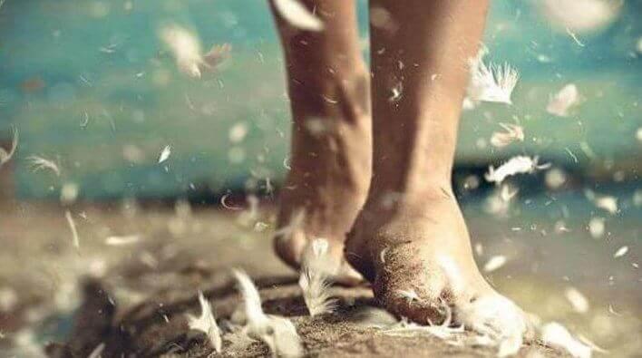 pies-de-una-persona-entre-plumas