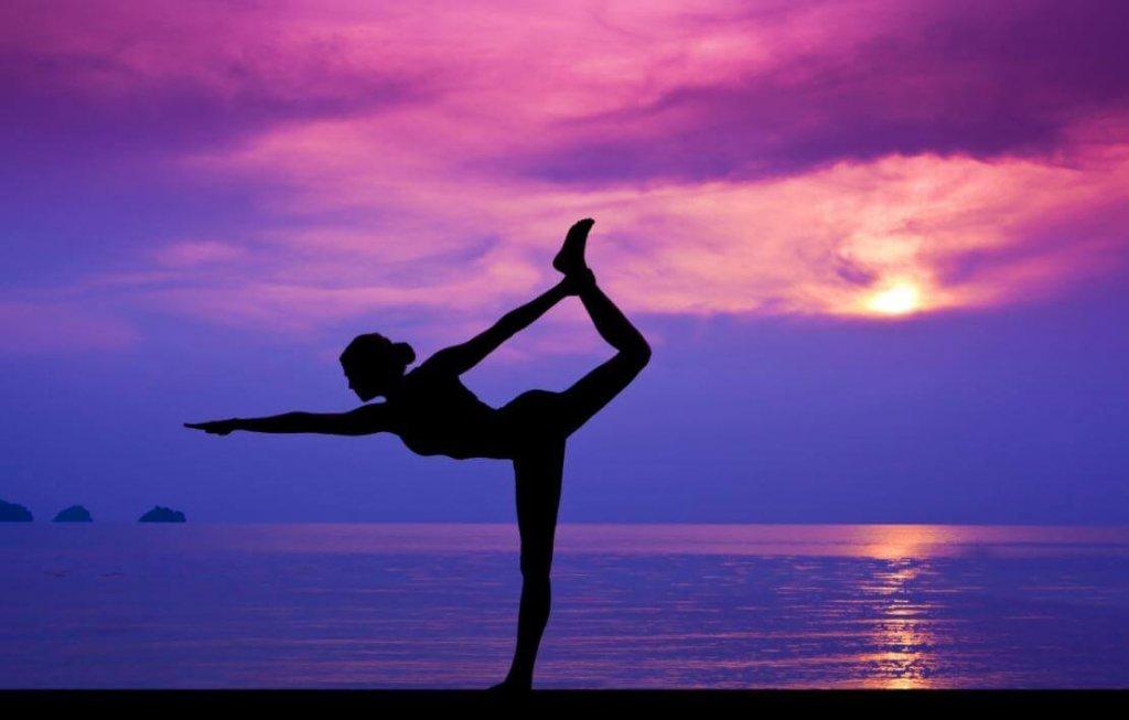 mujer-haciendo-yoga-en-la-playa-1024x653