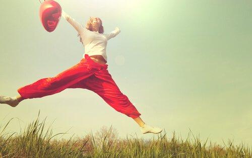 mujer-saltando-con-un-globo-rojo
