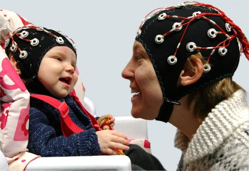 El contacto visual sincroniza las ondas cerebrales entre el bebé y el adulto