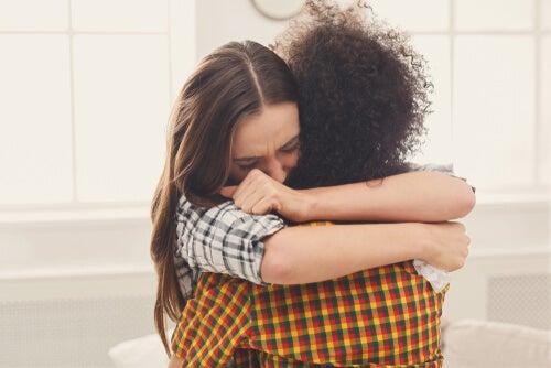 amigas-abrazandose